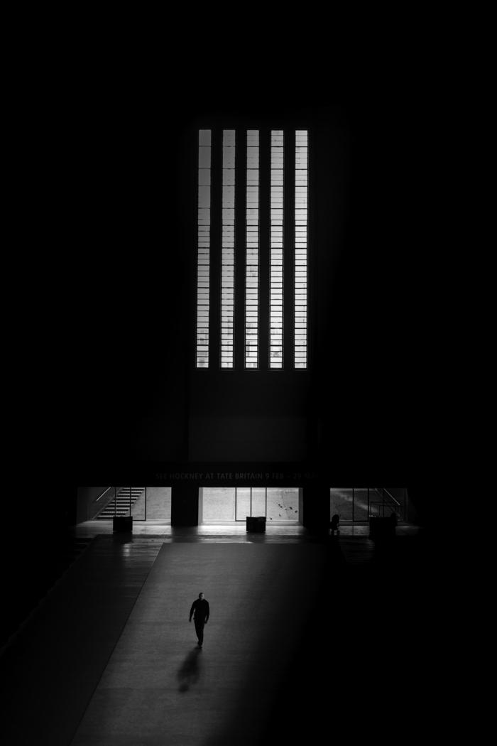 wallpaper handy, schwarzes bild mit einem mann der im dunklen alleine geht, schwarz