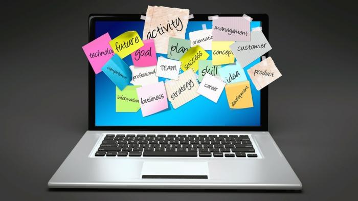 IT-Struktur, ein Laptop mit Notizen