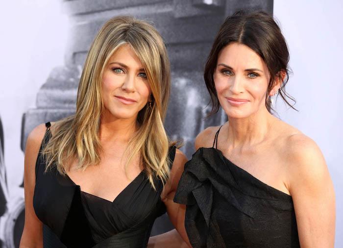 Jennifer Aniston und Courtney Cox, elegante schwarze Abendkleider, Frisuren für Frauen ab 40
