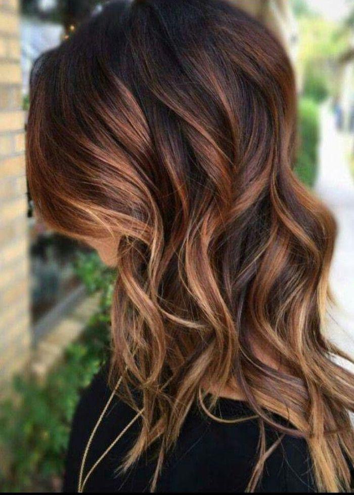 lange braune haare mit braunen strähnchen, frau mit schwarzem pullover und einer goldenen kette