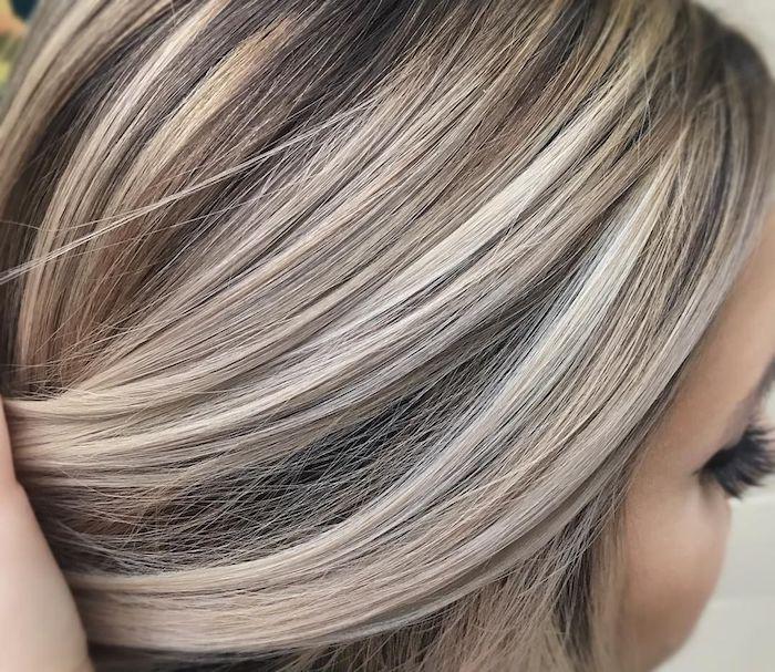 strähnchen selber machen anleitung, strähnchen blond färben, eine junge frau mit langen blonden strähnchen