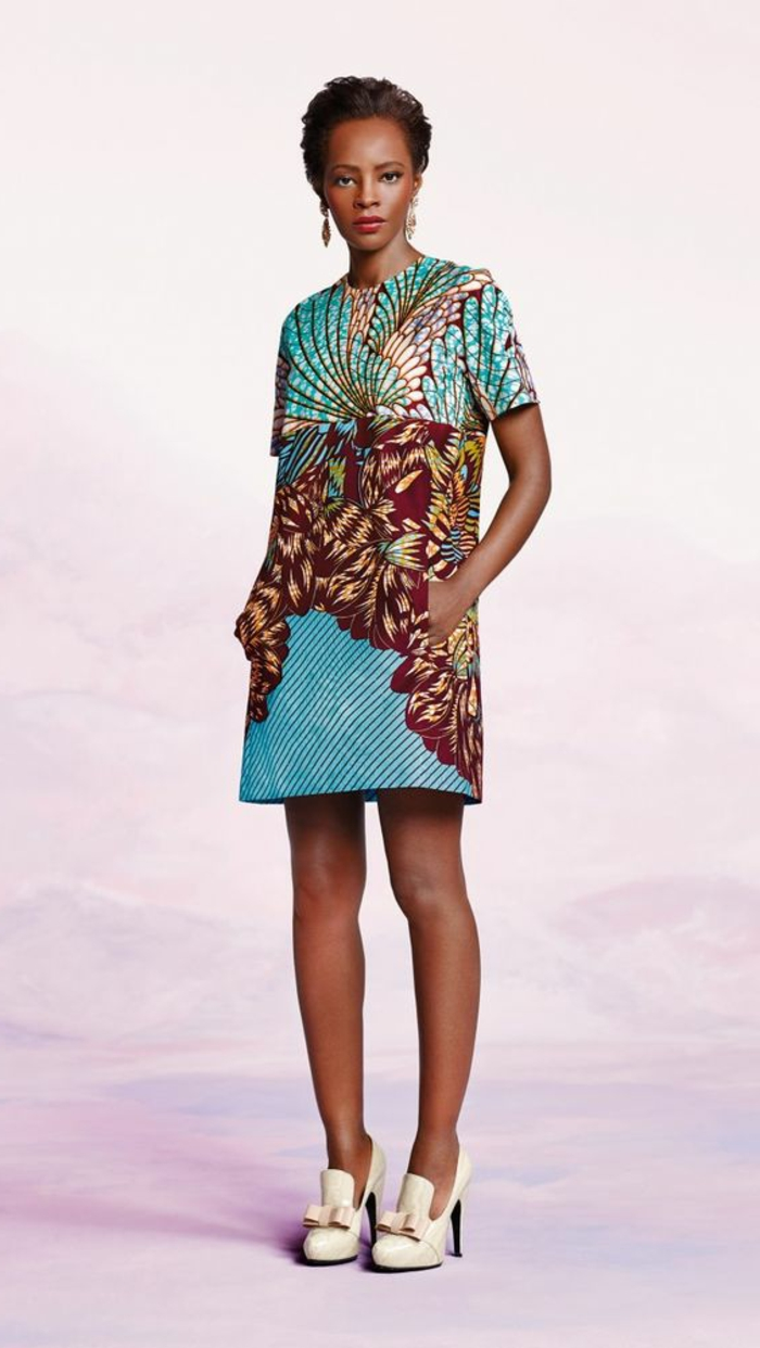 afrikanische mode für den alltag, modernes kleid in blau mit braunen dekorationen, hamäleon look im afrikanischen stil