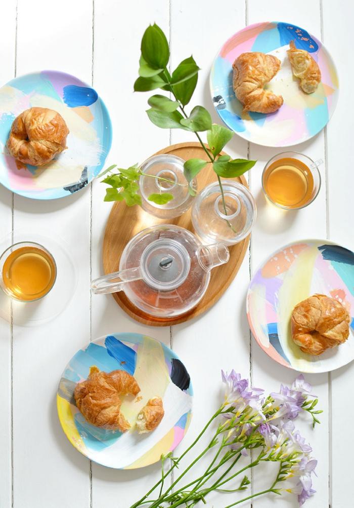 keramik bemalen techniken, frühstück servieren, glasvasen mit zweigen, lila blumen, tee