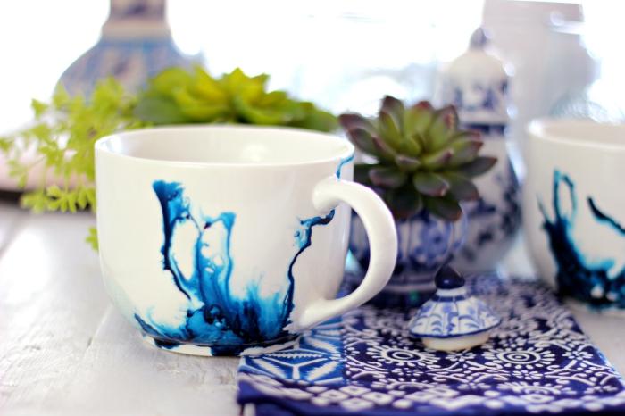keramik bemalen techniken, weite kaffeetasse dekoriert mit blauer alkoholtinte