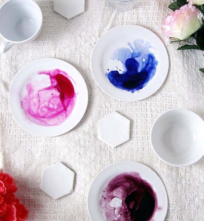 keramik bemalen teichniken, tischdecke aus leinen, sechseckige tassenuntersetzer, rose