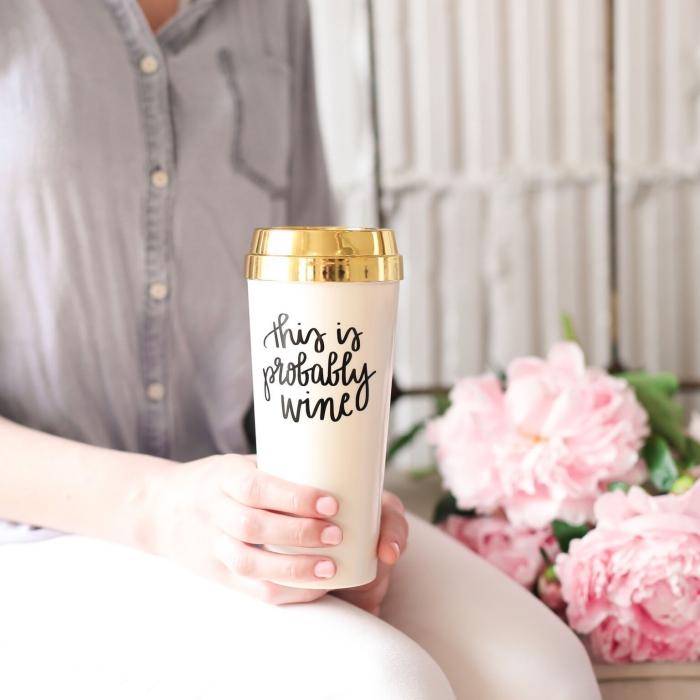 große rosa blumen, hohe kaffeetasse mit schriftzug, keramik porzellan, goldener verschlussdeckel