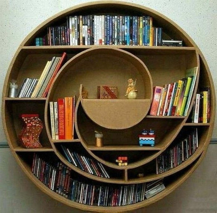 pappmöbel anleitung, ein bücherregal mit spiralförmiger optik, viele bücher, buchdesign idee