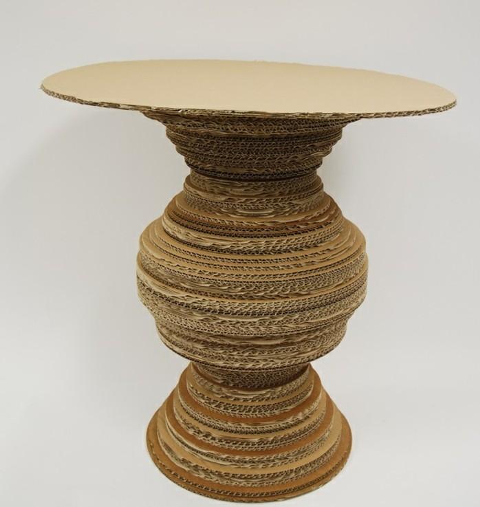 pappmöbel anleitung, ein multifunktionelles möbelstück aus karton, hocker, vase, deko, kleiner kaffeetisch