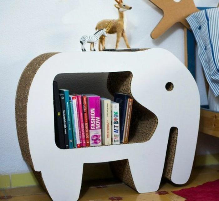 pappmöbel anleitung ideen, elefanten design idee für ein bücherregal, reh und zebra aus plüsch darauf