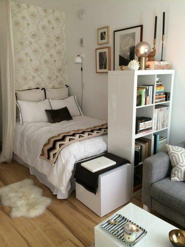 kleines wohnzimmer einrichten, bett im wohnraum durch raumteiler vom wohnzimmer getrennt, fellteppich