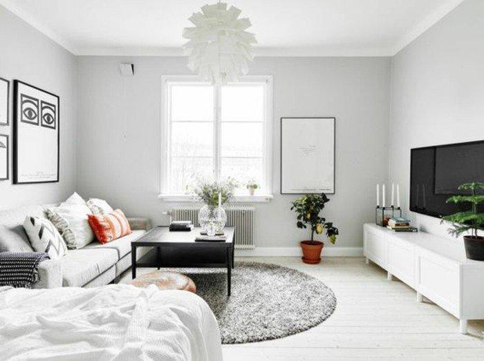 kleines schlafzimmer in weiß und grau gestaltet, ideen zum entlehnen, weißes design, großer fernseher, runder teppich