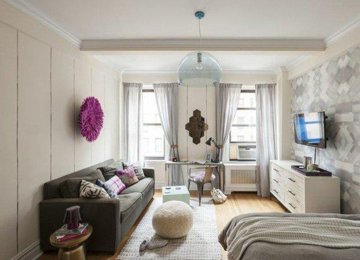 kleines schlafzimmer deko ideen, lila wanddeko, sitzkissen, dunkelgraues doppelsofa, doppelfenster