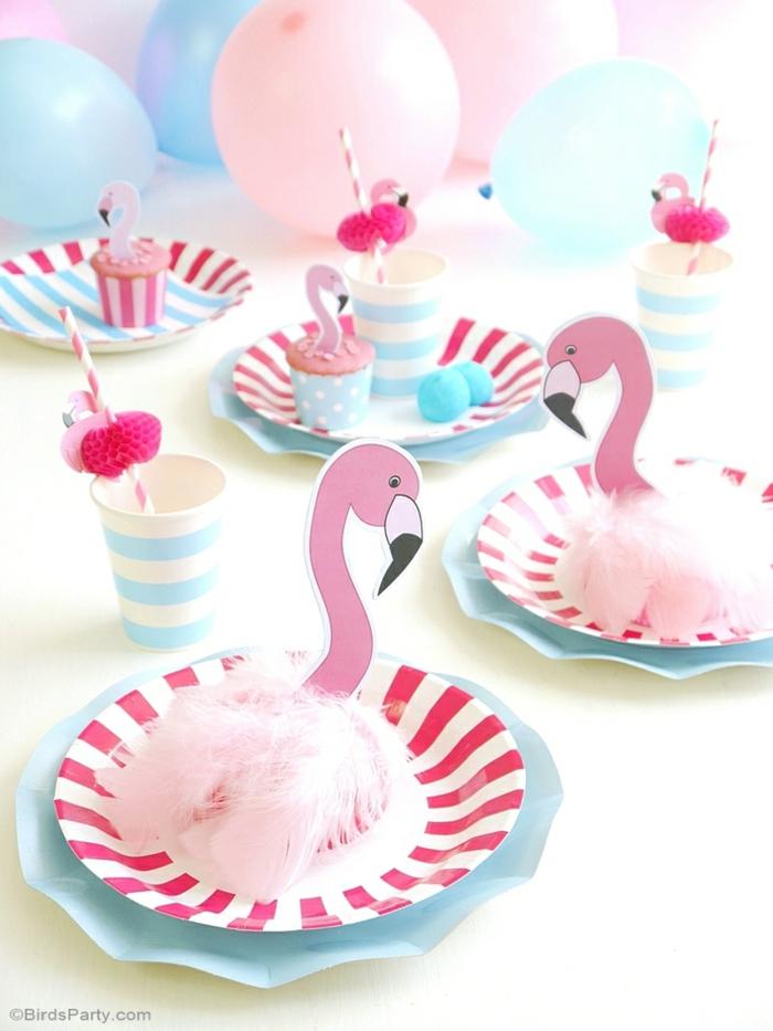 Tischdeko für Geburtstag, rosa Flamingos, in kleinen rosa Teller, rosa und weiße Trinkhalme, blaue Becher, rosa und blaue Ballons