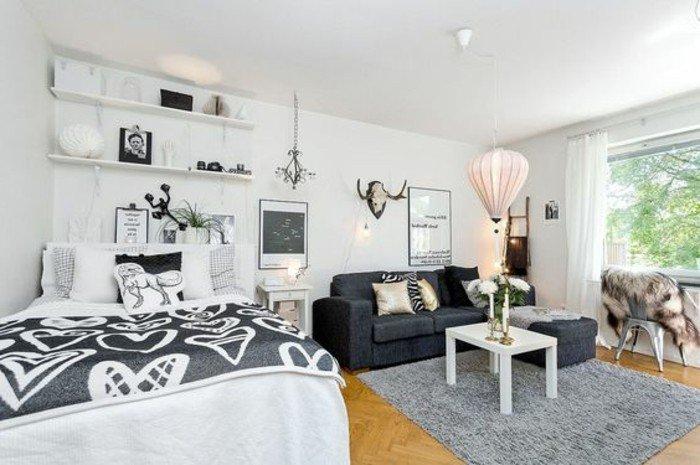 einraumwohnung ideen, doppelbett mit schöner decke mit herzprint, sofa rechts, kleiner kaffeetisch