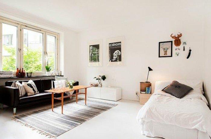 kleines wohnzimmer einrichten, einzelbett, sofa, teppich, tisch und wnddeko poster, einfaches design, minimalistisch leben