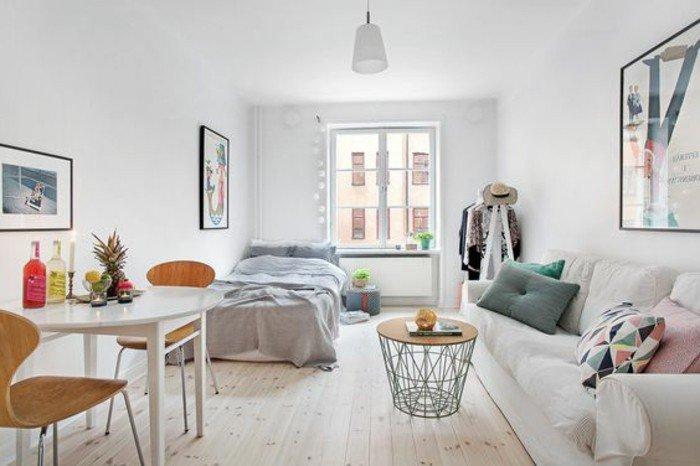 kleines wohnzimmer einrichten, doppelbett, korb als tisch gestalten, wohnraum mit großem fenster und sofa