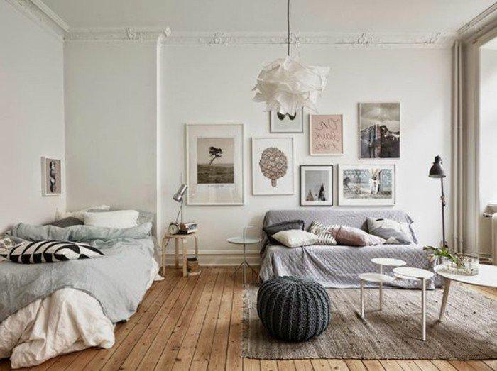 kleines schlafzimmer design idee, bodenkissen neben dem tisch, sofa, bett, viele wandbilder als deko