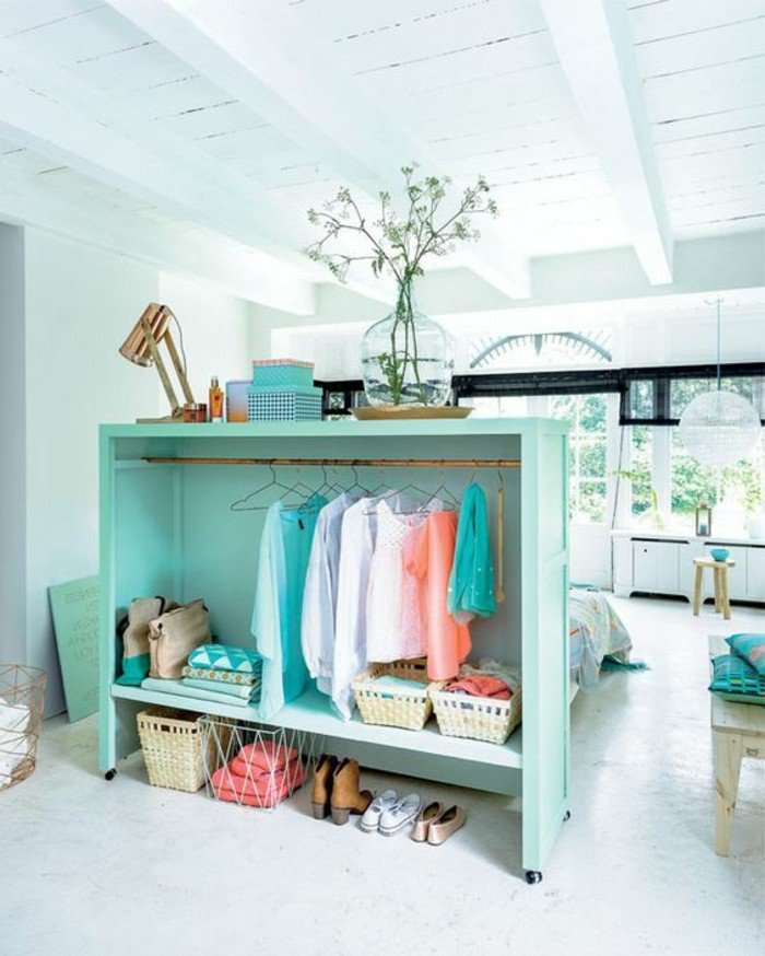 wohnung einrichten in weiß und blau, schöne kalte farben, kleiderhacken, kasten zum lagern von persönlichen dingen, dachzimmer