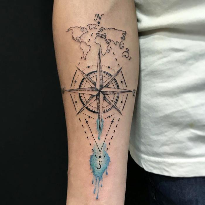 kompass tattoo in kombination mit weltkarte und geometrischen motiven, weltrichtungen