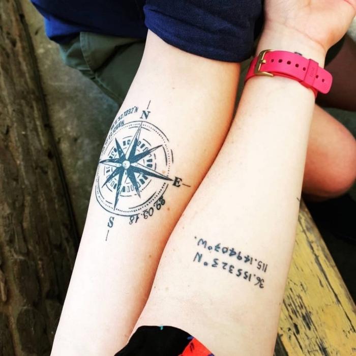 koordinaten tattoo für paare, rosa uhr, zwei arme, junge und mädchen