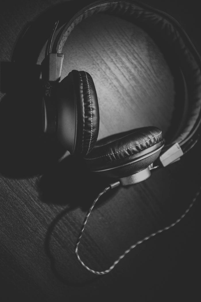 ein Kopfhörer in schwarzer Farbe in schwarzem Hintergrund, Hintergrundbilder kostenlos