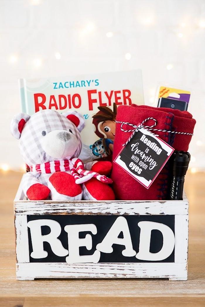 Geschenkkorb mit Thema Lesen selbst arrangieren, Bücher Kuschelbär und kuschelige Decke darin