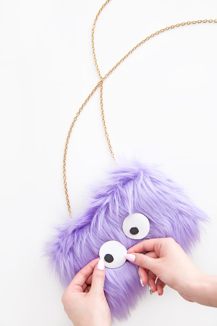 Flauschigen lila Purse mit Augen selber machen, originelles Weihnachtsgeschenk für Freundin