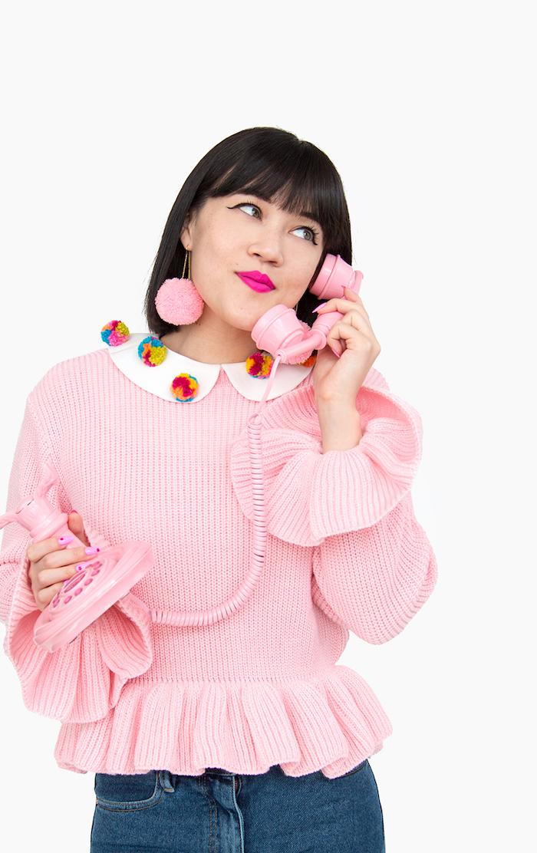 Rosa Pullover mit weißem Kragen, bunte Bommeln am Kragen, DIY Weihnachtsgeschenke für Freundin