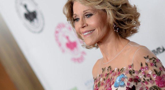 Jane Fonda Hairstyle, mittellange wellige Haare, Abendkleid mit Blumenmuster, schöne Frisuren für ältere Frauen