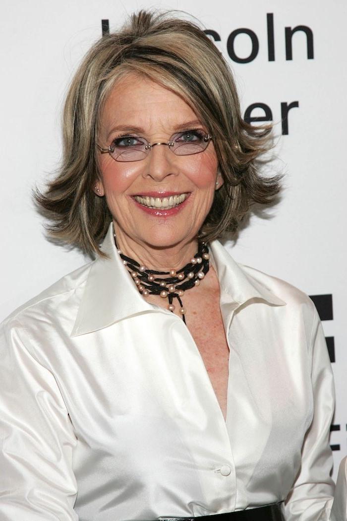 Elegante Frisuren für ältere Damen, Frisuren für Frauen mit Brille, kinnlange Haare, weißes Hemd