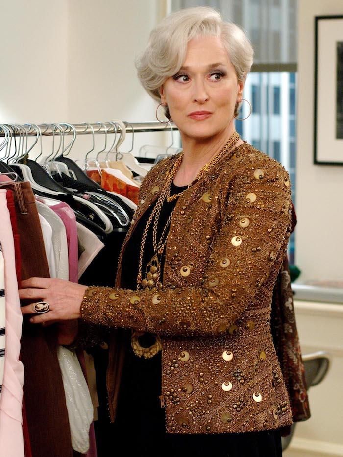 Meryl Streep Hairstyle, elegante Kurzhaarfrisur, brauner Blazer mit Pailletten, lange goldene Halsketten