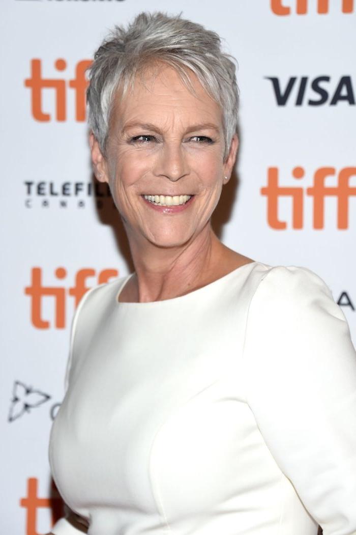 Schöne Frisuren für Frauen ab 50, Pixie Cut, weißes Kleid mit langen Ärmeln