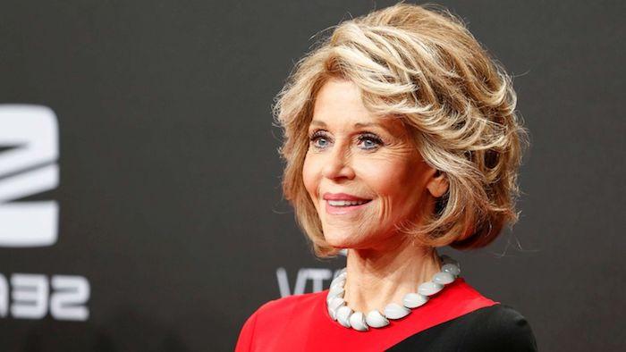 Jane Fonda Hairstyle, halblange dunkelblonde Haare, elegante Frisuren für ältere Damen