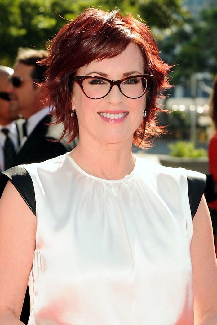 Stufenschnitt mit seitlichem Pony, rote Haare, Kurzhaarfrisuren für Frauen ab 50, Frisuren für Frauen mit Brille
