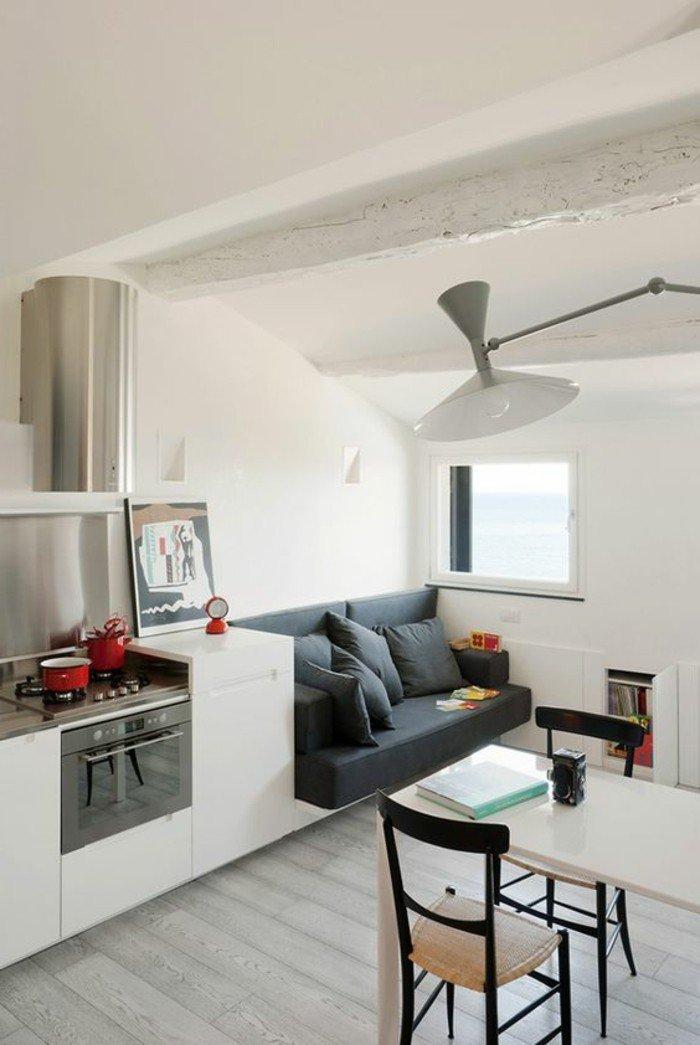ein graues Sofa mit grauen Kissen, weiße Wandfarbe, kleine Räume einrichten im Altbau, Dachwohnung