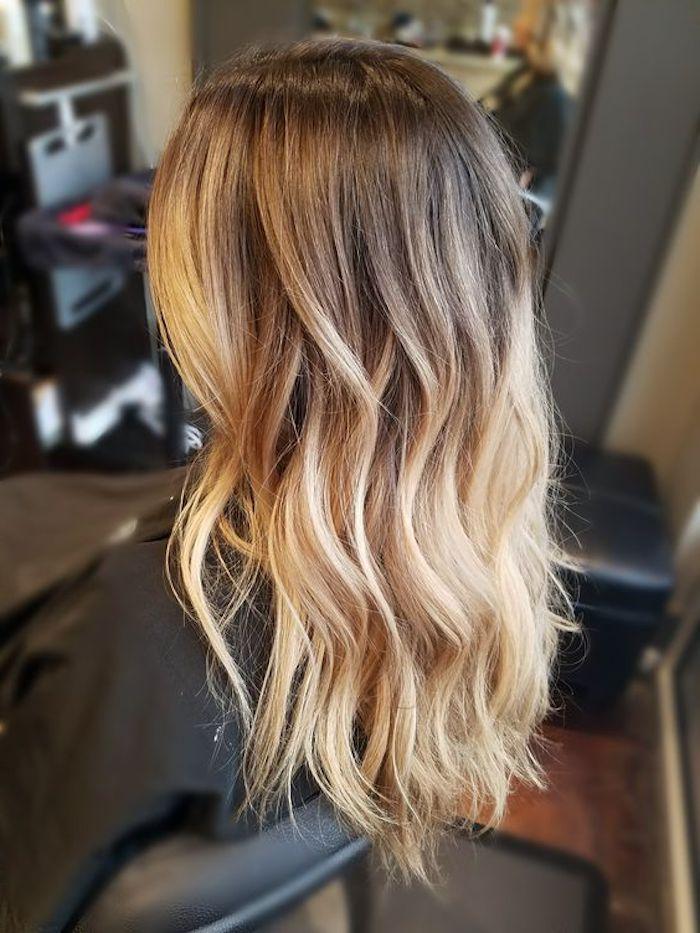 junge frau mit langen blonden strähnchen, ideen für damen frisuren, blonde strähnchen selber machen