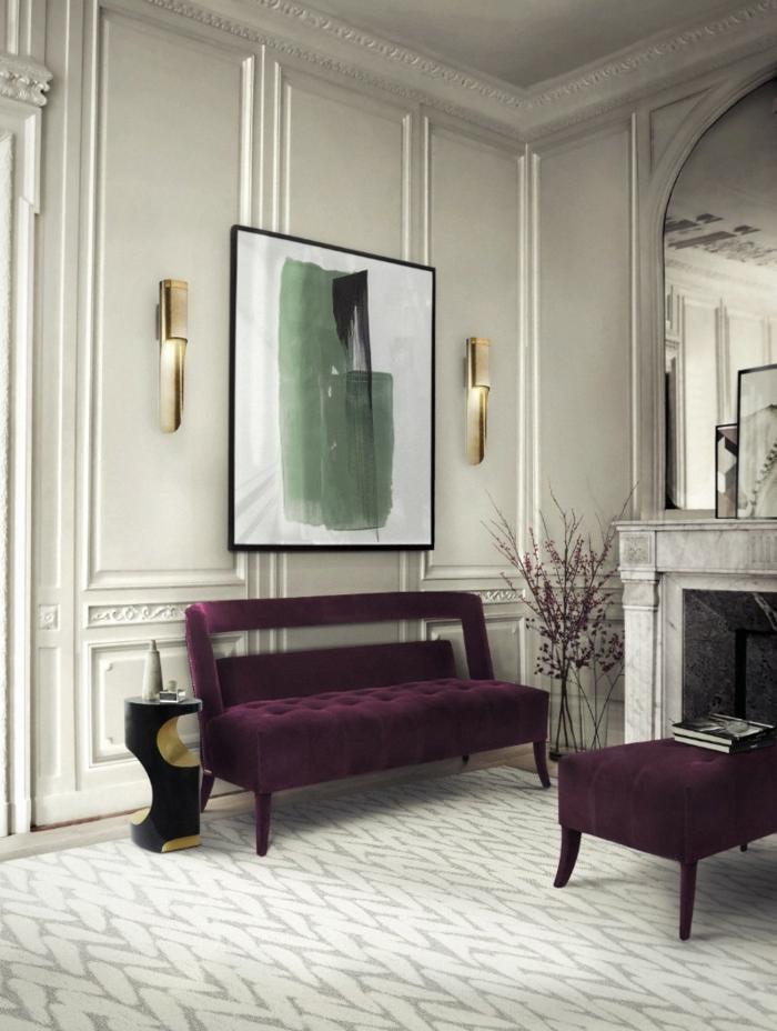 lila Sofa und lila Hocker, ein großes Wandbild, weiße Wände, ein großer Wandspiegel, Wandgestaltung Ideen selber machen