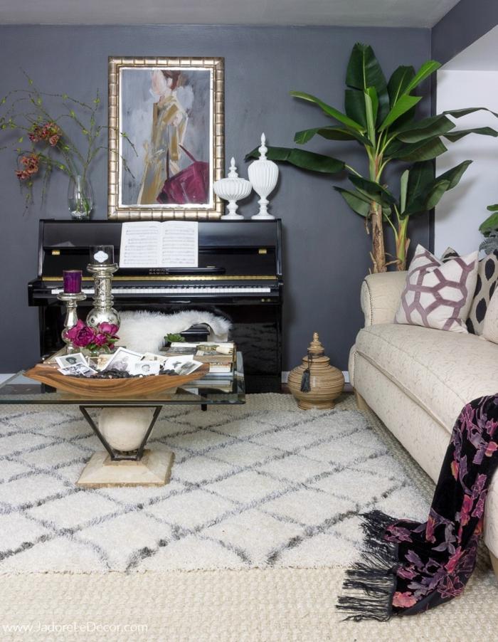 Bilder selbst gestalten Ideen, ein weißer Teppich, ein Bild von einem schönen Mädchen, Zimmerpflanze in der Ecke