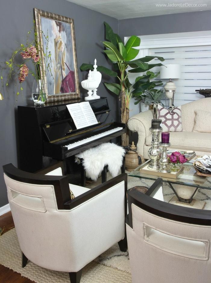 zwei Sessel, ein Klavier in schwarzer Farbe, Bilder selbst gestalten Ideen, ein Bild auf dem Klavier