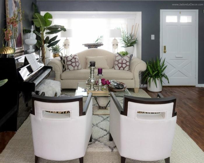 zwei Sessel, ein Sofa, ein weißer Teppich, Bilder selbst gestalten Ideen, ein großes Fenster bringt viel natürliches Licht