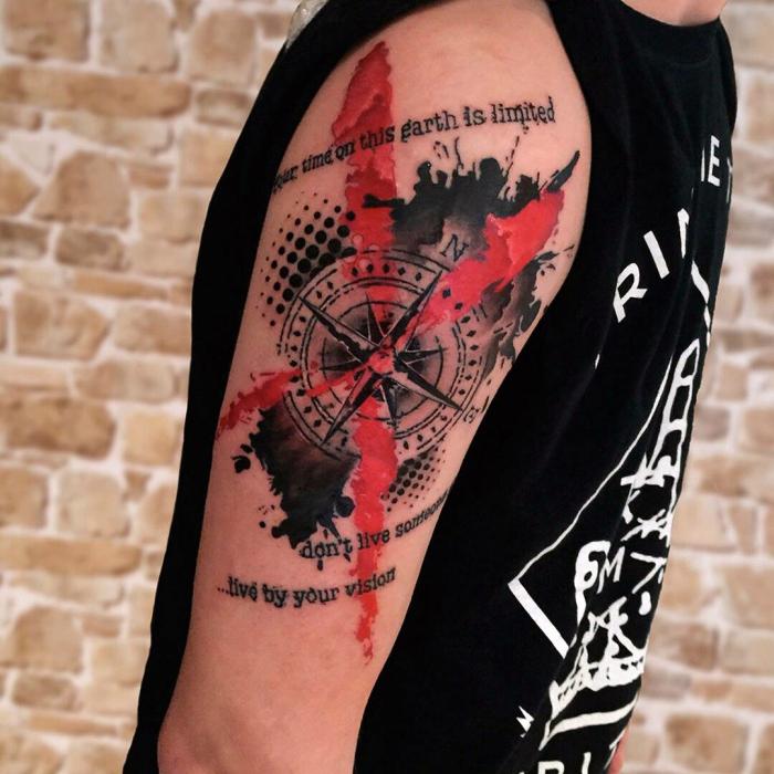 detailiertes kompass tattoo am oberarm, tätowierung mit schriftzug als motiv, mann