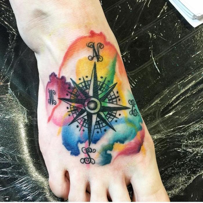 maritime tattoos am fuß, bunte farben, große buchstaben, weltrichtungen