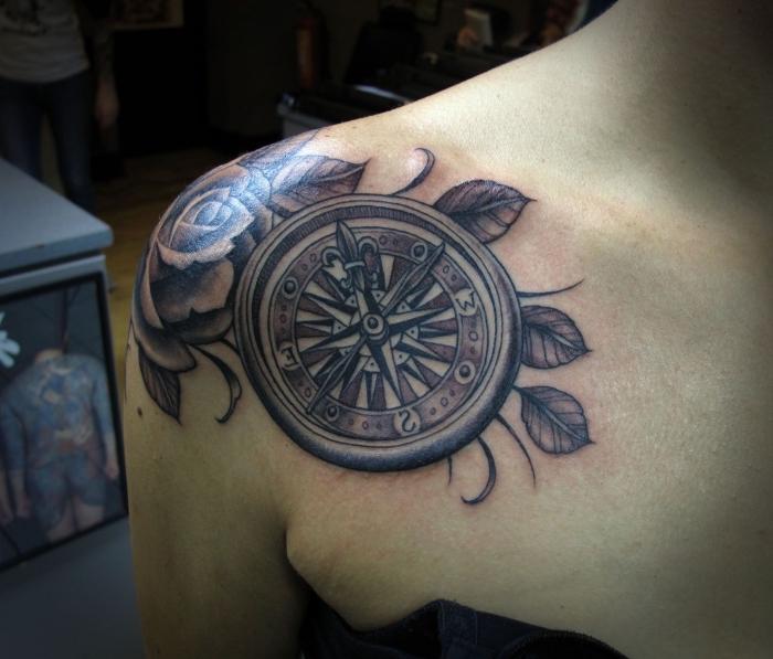 maritime tattoos für frauen, weiße rose, tätowierung an dem schulter, blätter