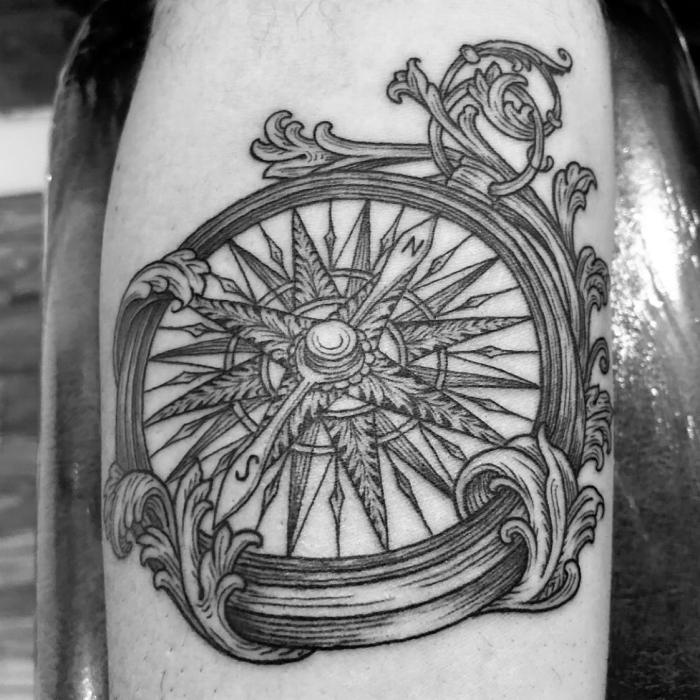 maritime tattoos ideen, detaillierte tätowierung, florale elemente, bein tätowieren