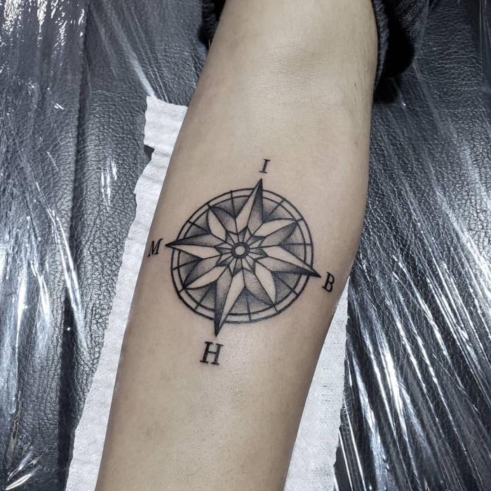 maritime tattoos in schwarz und grau, tattoo am bein stechen lassen, buchstaben