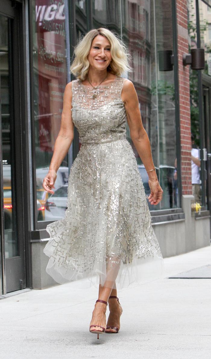 Sarah Jessica Parker Hairstyle, mittellange blonde Haare mit Mittelscheitel, graues Kleid mit silbernen Pailletten