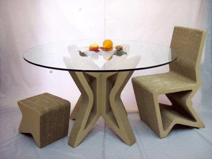 kartonmöbel designer gestaltung, tischunterlage, stuhl und hocker, glasoberfläche vom tisch, frische früchte auf dem tisch