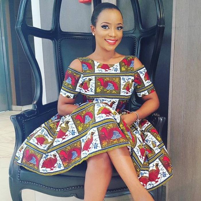 afrikanische kleidung elemente und motive im modernen stil, eine frau sitzt im großen stuhl