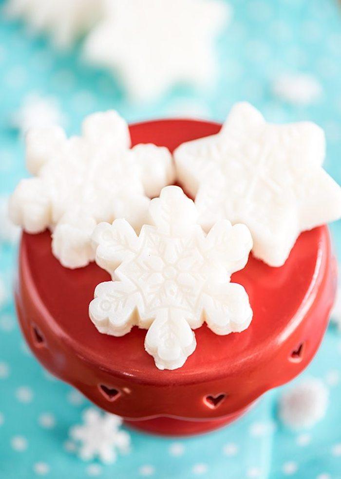Weiße Badekugeln in Form von Schneeflocken selbst herstellen, originelles Weihnachtsgeschenk selber machen