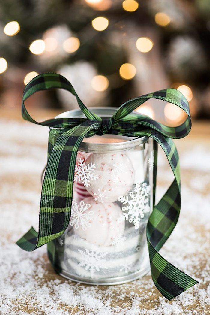 Badekugeln in Glas, mit Schleife verzieren, weiße Schneeflocken am Glas, Weihnachtsgeschenke basteln